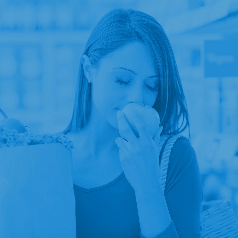 Frau mit Apfel in blau