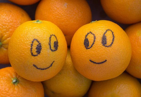 Orangen mit lachenden Gesichtern